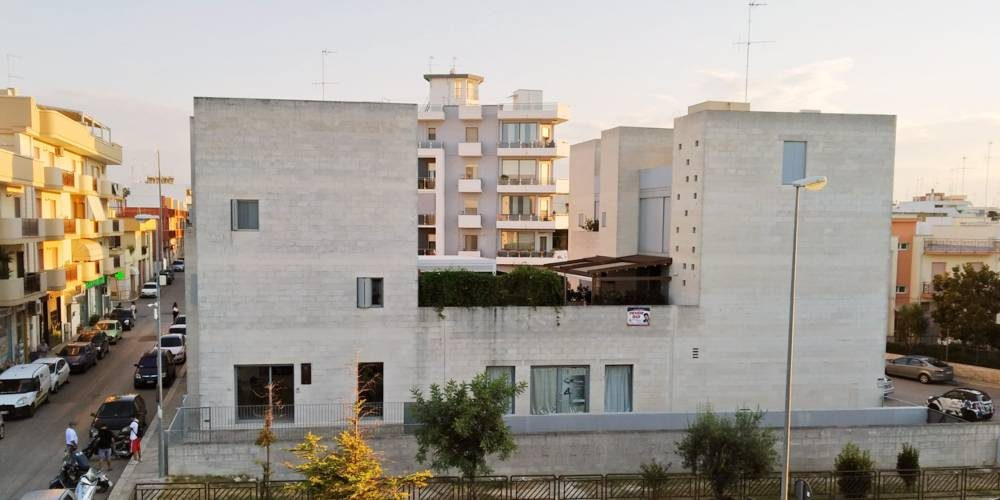 Appartamento quadrivani al primo piano, con ampia veranda e box auto (zn. via Turi)