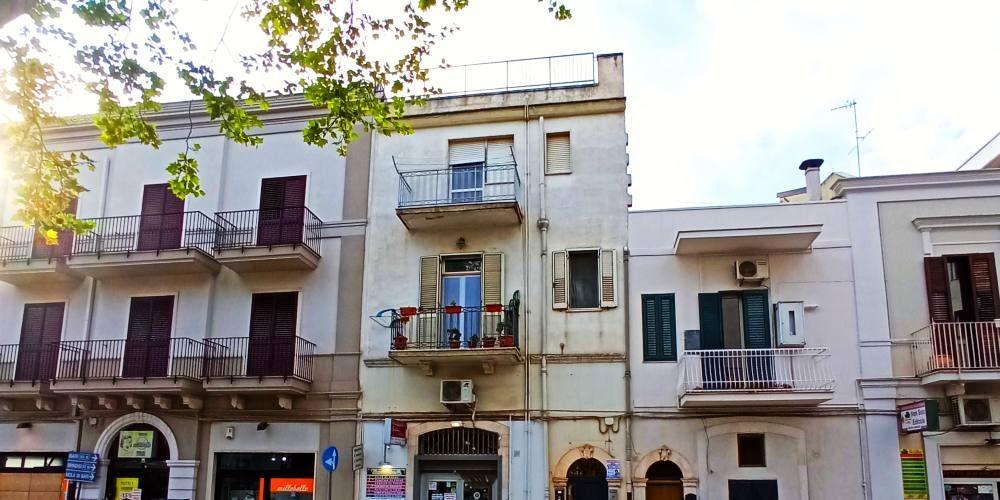 Appartamento trivani con cantina in bifamiliare, via Mola a Rutigliano (Bari)